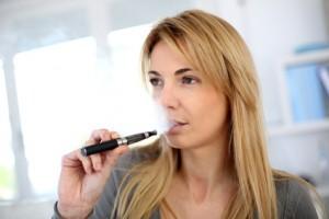 Frau mit elektronischer Zigarette