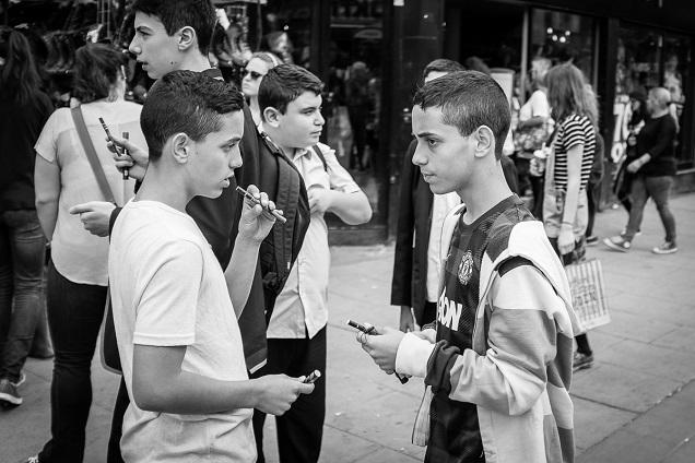 Jugendliche beim Dampfen